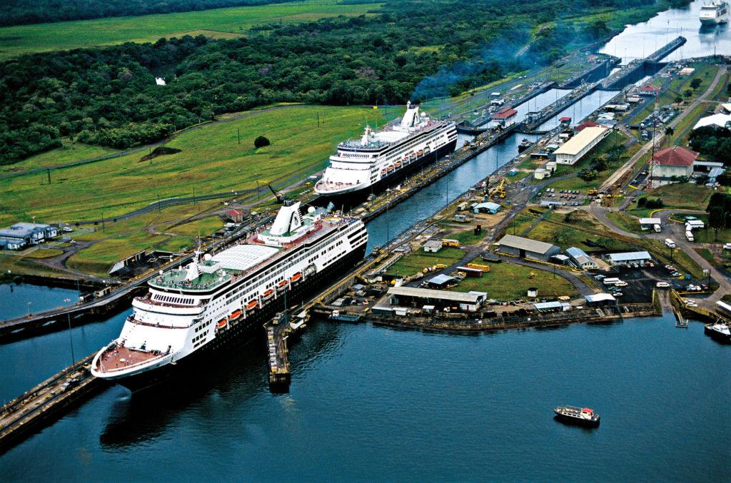 Панамский канал в океане